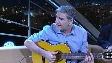"""João Carlos Albuquerque canta """"Ventura Highway"""" - Jornalista dá palhinha no 'Programa do Jô'"""