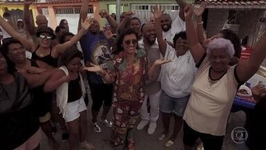 Regina Casé apresenta a família Bueno, do Rio de Janeiro - Péricles faz surpresa e aparece no churrasco da família