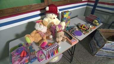 Campanha do Natal Solidário arrecada brinquedos em troca de serviços - A cada brinquedo a pessoa tem direito a um serviço. Estão sendo ofertados corte de cabelo, massagem e design de sobrancelha.