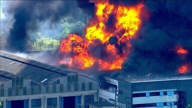 Incêndio destrói fábrica de spray na Grande São Paulo - Um incêndio atingiu uma fábrica de spray, em Diadema. Oito pessoas ficaram feridas. Ainda não se sabe como o fogo começou.