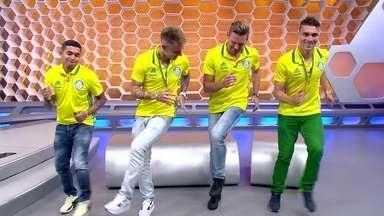 Campeões brasileiros fazem dancinha do colombiano Mina no estúdio do Globo Esporte - Campeões brasileiros fazem dancinha do colombiano Mina no estúdio do Globo Esporte