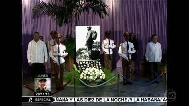 Cubanos lotam Praça da Revolução para se despedir de Fidel Castro - Centenas de milhares de pessoas devem passar na Praça da Revolução entre esta segunda-feira (28) e terça-feira (29). Depois, as cinzas do comendante vão cruzar o país até Santiago de Cuba, onde serão enterradas.