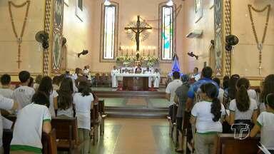 Festa da Conceição atrai milhares de visitantes à igreja Matriz em Santarém - São devotos que aproveitam para ficar mais perto da imagem da Santa.