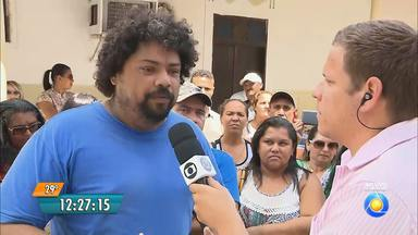 Funcionários públicos ocupam prédio da Prefeitura de Santa Rita na Paraíba - Tem funcionário que está sem receber o pagamento há três meses.