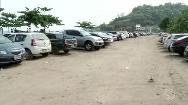 Falta de vagas para estacionar irrita motoristas em Angra dos Reis, RJ - Encontrar um lugar para deixar o carro tem sido uma missão cada vez mais complicada.