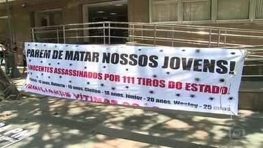 Chacina de Costa Barros completa 1 ano sem julgamento de PMs - Cinco jovens foram fuzilados por policiais militares. Carro em que eles estavam levou 111 tiros. PMs estão presos, mas ainda não foram a julgamento.