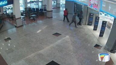 Vídeo mostra ação de criminosos em shopping em São José - Segurança foi baleado na fuga.