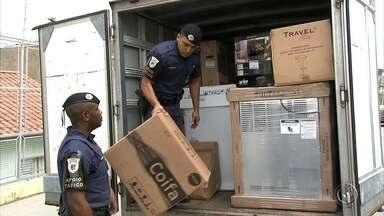 Carro roubado leva guardas a encontrarem dezenas de quilos de drogas em Jundiaí - Quatro homens foram presos em Jundiaí (SP) por estarem envolvidos com o roubo de veículos, de carga, tráfico de drogas e posse ilegal de duas araras em extinção.
