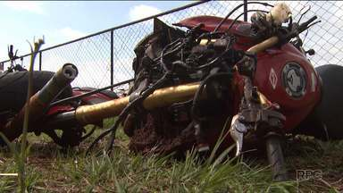 Sete pessoas morrem em acidentes graves neste fim de semana no Paraná - Em Ampére, o pai e dois filhos morrem na batida entre um carro e um caminhão.