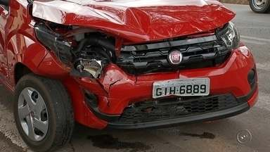Três carros se envolvem em acidente na área central de Itapetininga - Um acidente entre três carros foi registrado no centro de Itapetininga (SP), na tarde desta segunda-feira (28). Apesar dos danos materiais, os motoristas sofreram ferimentos leves.
