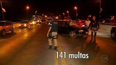 Polícia recolhe 25 CNH durante 'Operação Lei Seca' em Petrolina - Motoristas se recusaram a fazer o teste com etilômetro e perderam a CNH.