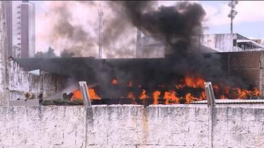 Incêndio atinge sede do Treze em Campina Grande - Chamas começaram no estande de pneus da Polícia Militar