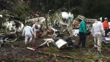 Avião da Chapecoense caiu numa região montanhosa e de difícil acesso - As primeiras equipes de resgate começaram a chegar ao local duas horas depois do acidente. Por causa da chuva, o acesso era bem difícil.