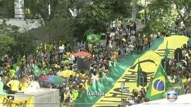 Manifestantes começam a se dispersar em Curitiba (PR) - Os manifestantes gritam palavras de apoio ao juiz Sérgio Moro e pedem o fim da corrupção em frente ao prédio da Justiça Federal. Em São Paulo, os manifestantes seguem na Avenida Paulista.