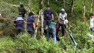 Noiva e irmão que morreram em queda de helicóptero são enterrados em São Paulo - Os dois sepultamentos foram realizados na tarde dessa segunda-feira (5). A fotógrafa que acompanhava a noiva e o piloto serão enterrados nesta terça-feira (6).