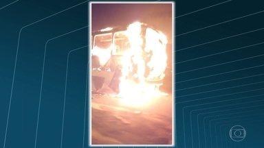 Bandidos queimam ônibus na Avenida Brasil - Na noite de segunda-feira (5), bandidos atearam fogo em um ônibus na Avenida Brasil, altura de Cordovil. Motoristas pensaram que fosse um arrastão e entraram em pânico.