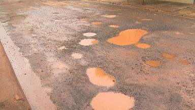 Chuva provoca aumento de buracos no asfalto no Parque dos Servidores em Ribeirão Preto - Moradores dizem tentar reverter situação usando serragem e até cimento.