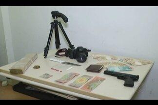 Dois irmãos são presos suspeitos de tráfico de drogas em Uberlândia - Foram apreendidos 1,5 kg de maconha, 1.000 cartelas de LSD, cocaína, R$ 3 mil, câmera fotográfica e réplica de pistola.