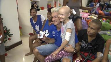 Jogador do Bahia visita crianças com câncer - Juninho foi até o Gaac conhecer as crianças e levar presentes.