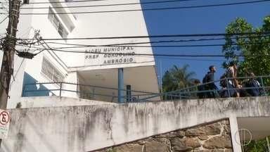 Servidores da educação realizam protesto nesta terça-feira em Petrópolis, no RJ - Prefeitura diz que não tem dinheiro para pagar a primeira parcela do décimo terceiro.