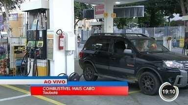 Motoristas já sentem aumento anunciado pela Petrobras nas bombas - Empresa reajustou valor do combustível das refinarias aos distribuidores.