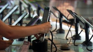 Consumidor está investindo mais nos celulares, mesmo em tempo de crise - Preço médio dos aparelhos aumentou de R$ 700 para R$ 900 em um ano. Percentual de venda de celulares mais caros também cresceu.