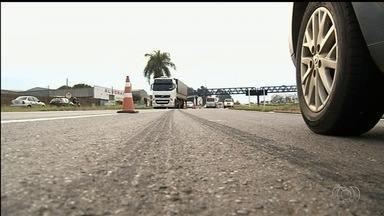 Homem morre atropelado por caminhão na BR-060, em Anápolis - Vítima tentava atravessar a rodovia a poucos metros de onde existe uma passarela.
