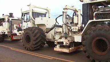Presença de caminhões estrangeiros chama a atenção de moradores da região - Estudos para descobrir a presença de gás no solo preocupam autoridades.