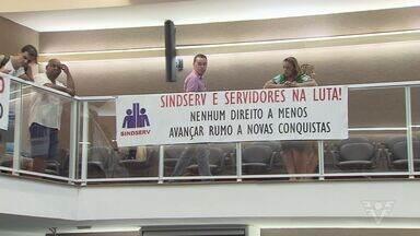 Representantes do Sindicato dos Servidores de Santos protestam em frente a Câmara - Eles se manifestaram contra dois projetos que o prefeito mandou.