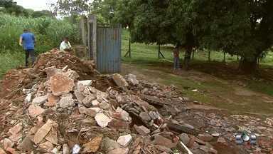 Moradores reclamam de problemas para escoar a água após chuva em bairro de Goiânia - Problema acontece no Residencial Alphaville.