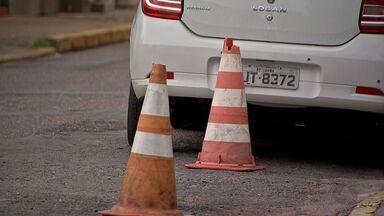 Comerciantes e moradores reservam vagas de estacionamento irregularmente - Comerciantes e moradores reservam vagas de estacionamento irregularmente.