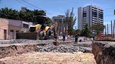 Obra de ampliação do VLT causa transtornos no trânsito no bairro do Poço, em Maceió - Além disso, a poeira incomoda moradores e comerciantes da região.