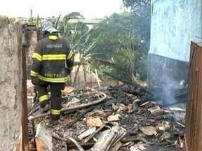 Casa na Vila Marina é destruída por incêndio - Fogo começou por volta das 9h desta sexta-feira (9).