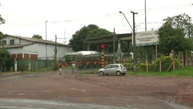 Protestos fecharam a entrada do Porto Seco em Foz - Os caminhoneiros e as empresas de transporte protestaram contra a demora na liberação das cargas. No fim da tarde, os portões foram liberados.