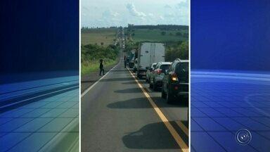 Retirada de caminhão que tombou causa congestionamento em Iacanga - A retirada de um caminhão que tombou na rodovia Cesário José Castilho, em Iacanga (SP) causou congestionamento nesta sexta-feira (9).
