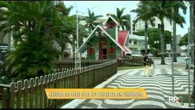 Chuva impede a chegada do Papai Noel, que fica para segunda-feira em Umuarama - A praça estava pronta para receber o Papai Noel, mas a chegada foi adiada.