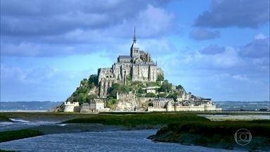 Monte Saint-Michel se transforma em ilha na maré cheia - Fenômeno acontece cerca de 24 vezes por ano, geralmente quando a lua está cheia ou nova. Monte tem no alto uma abadia com mais de mil anos.