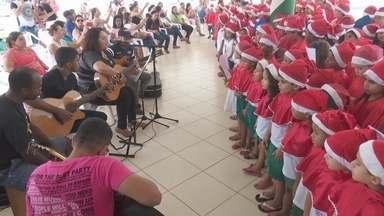 Coral formado por alunos participa de cantata em Ariquemes, RO - Pais que estavam no evento se emocionaram.