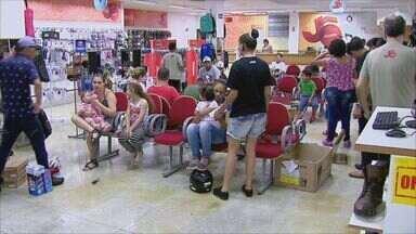 Primeiro dia de horário especial movimenta o comércio de São Carlos, SP - Muitos moradores aproveitaram a data para antecipar as compras.