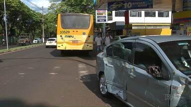 Carro e ônibus se envolvem em acidente de trânsito no centro de Foz - Uma pessoa ficou ferida.