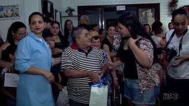 Idosos do Lar dos Velhinhos recebem presentes e participam de tarde especial - Muitos voluntários ajudaram a promover esse natal antecipado no Lar dos Velhinhos.