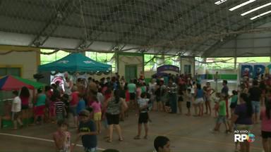 Papai Noel da RPC encerra semana de visitas na Vila C Velha - O Papai Noel passou por várias regiões da cidade durante a semana.