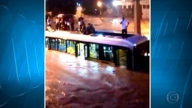 Com a chuva, Avenida Vilarinho volta a alagar em Belo Horizonte, diz Defesa Civil - Pessoas ficaram ilhadas em cima de ônibus e nas estações do Move.