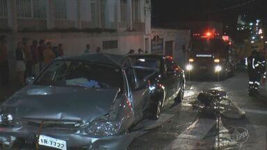 Vítima de acidente envolvendo carro de luxo continua internada em Limeira - Quatro pessoas se feriram em colisão que envolveu três carros.