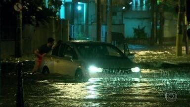 Bom Dia Rio - Edição de terça-feira,13/12/2016 - Choveu forte no Rio na noite de segunda (12). Essa chuva não estava prevista e pegou todo mundo de surpresa na volta para casa. E mais as notícias da manhã.