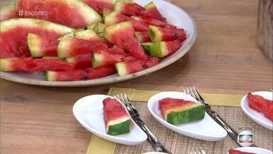 Fátima e convidados provam o churrasco de melancia de Bela Gil - Bela Gil explica que a fruta grelhada é para ser servida como acompanhamento e que a ideia nunca foi substituir a carne