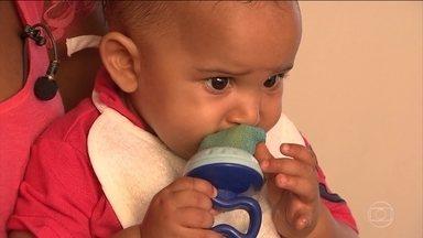 Bebês e idosos têm mais facilidade para engasgar - Para evitar acidentes, é preciso supervisionar crianças e idosos na hora de comer.