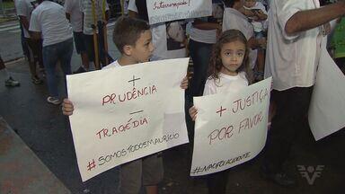 Parentes e amigos de jovem morto na Imigrantes protestam em São Vicente - Motorista dirigia bêbado.