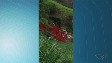 Trabalhador rural morre soterrado em Muniz Freire, ES - Barreira caiu em cima de curral onde o homem trabalhava. Rodovia ES-181 ficou completamente interditada.