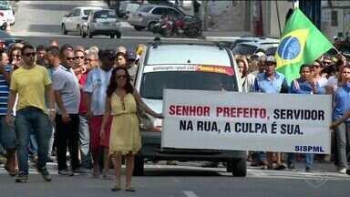 Servidores da prefeitura fazem protesto em Linhares - A prefeitura disse que os funcionários não ficarão sem receber.